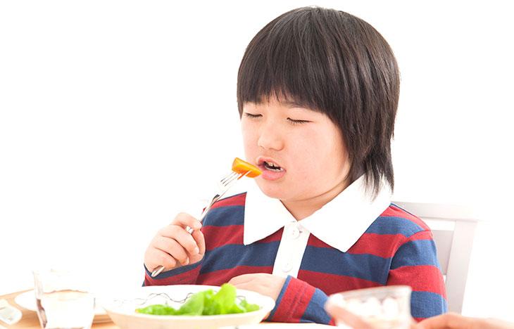 ニンジンを食べる子供