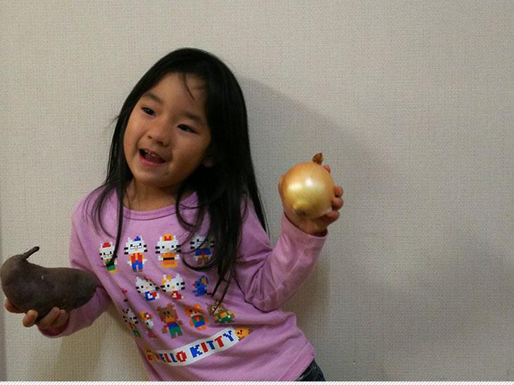 野菜をもって踊る幼児