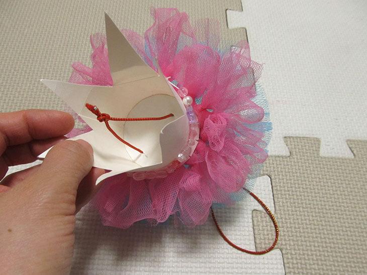 紙コップの王冠に通したゴム紐