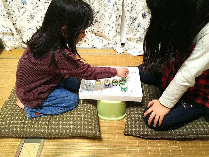 どうぶつ将棋で遊ぶ子供達
