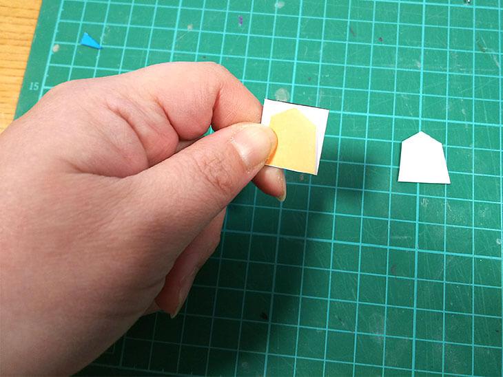 型紙をあてて駒を作る様子
