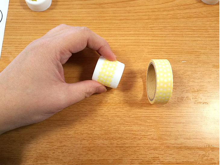 マスキングテープで留めたペットボトルキャップ