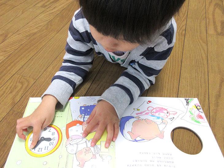 時計絵本を読む子供