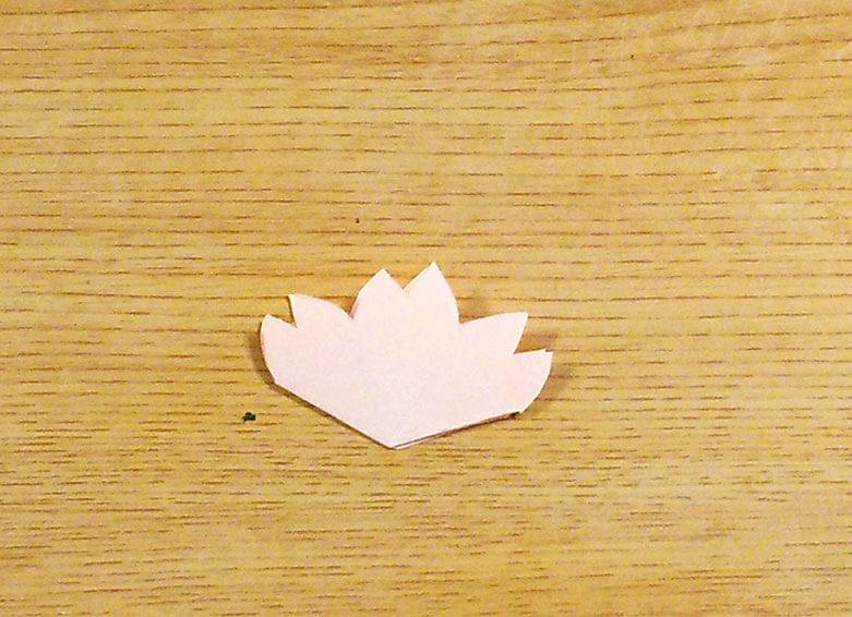 円錐形の花弁を畳んだ様子