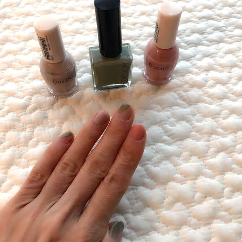 指ごとに色を変えて塗ったネイル