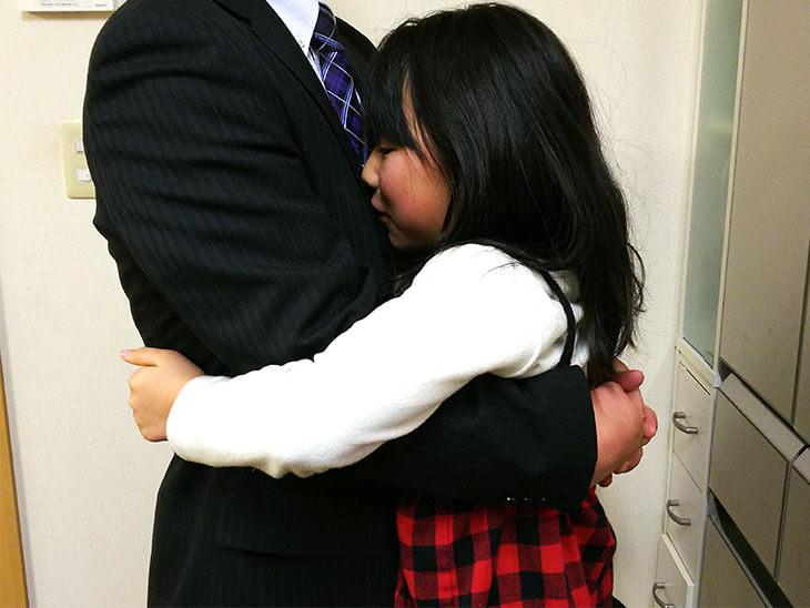 父親に抱き着く娘