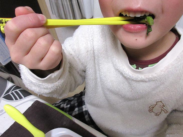 ご飯を食べている子供