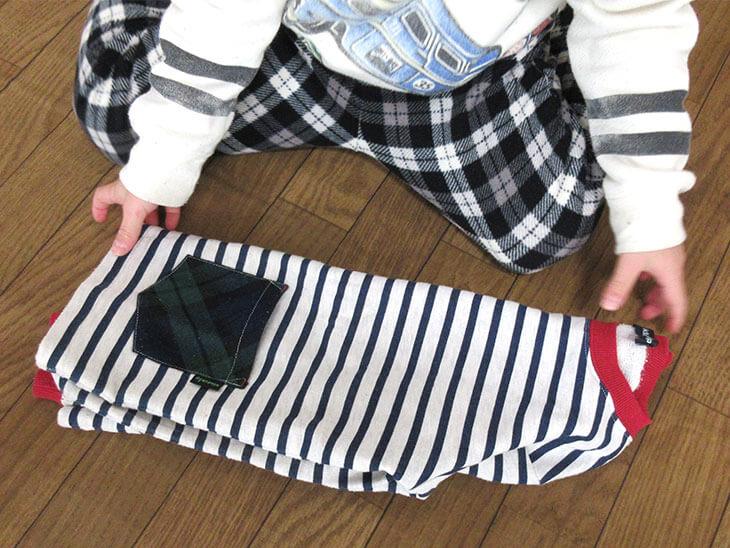 洗濯物を畳む子供