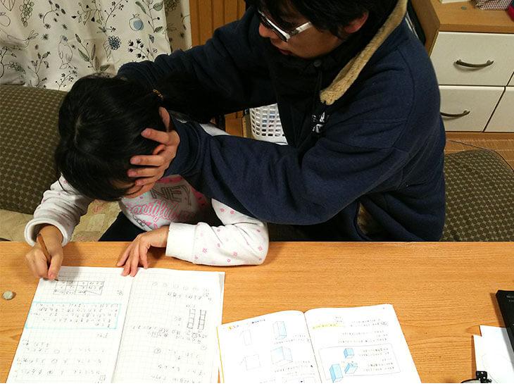 妹に勉強を教えようと頭を持つ兄