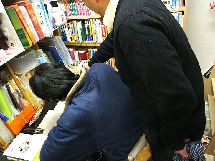 子供に勉強を教える父親