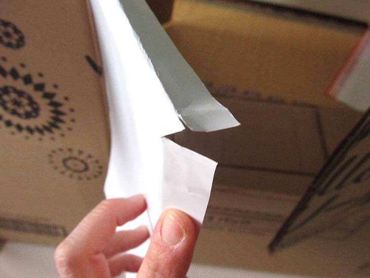 窓の扉に紙を貼る様子