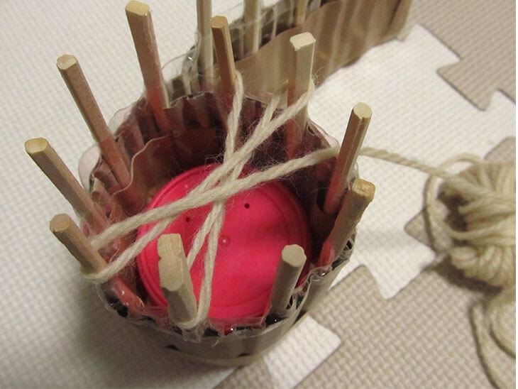 毛糸をかけたリリアン編み機