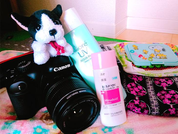 カメラや保湿剤の画像