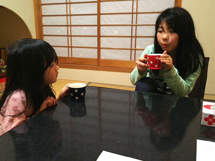 ノンアルコーの卵酒を飲む子供