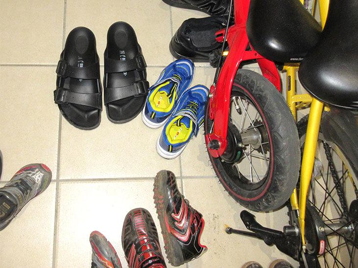 靴が散乱する玄関