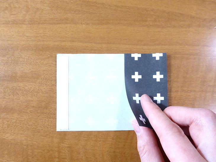 折り紙の右側を折っている様子