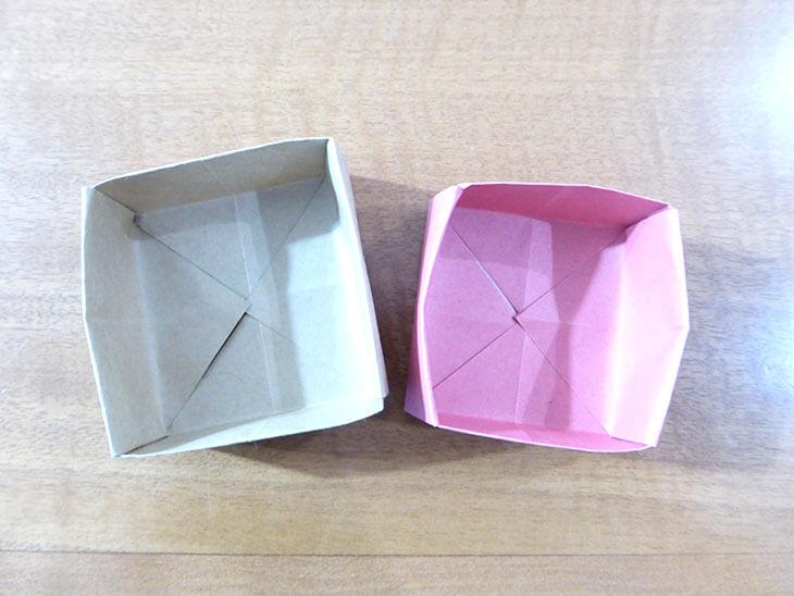 折り上がったピンクとベージュの折り紙ボックス