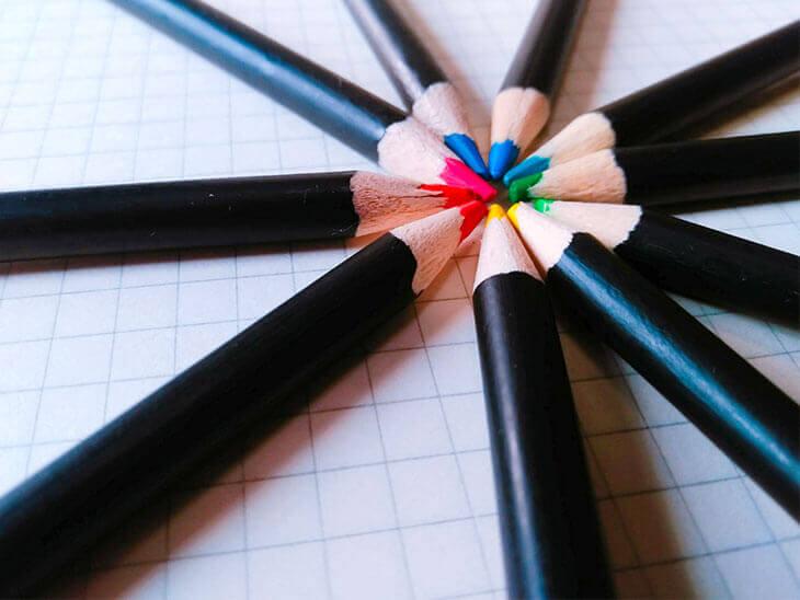 様々な色の色鉛筆