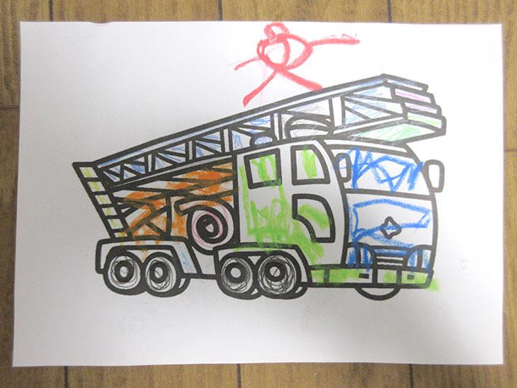 上に人を描いた消防車の塗り絵