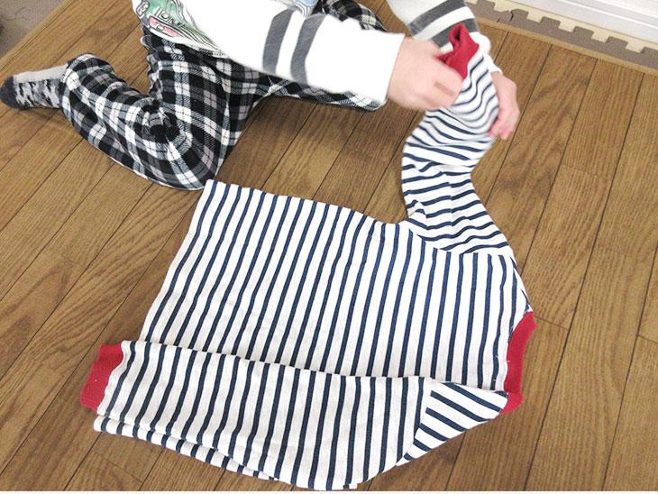 洋服を畳む幼児