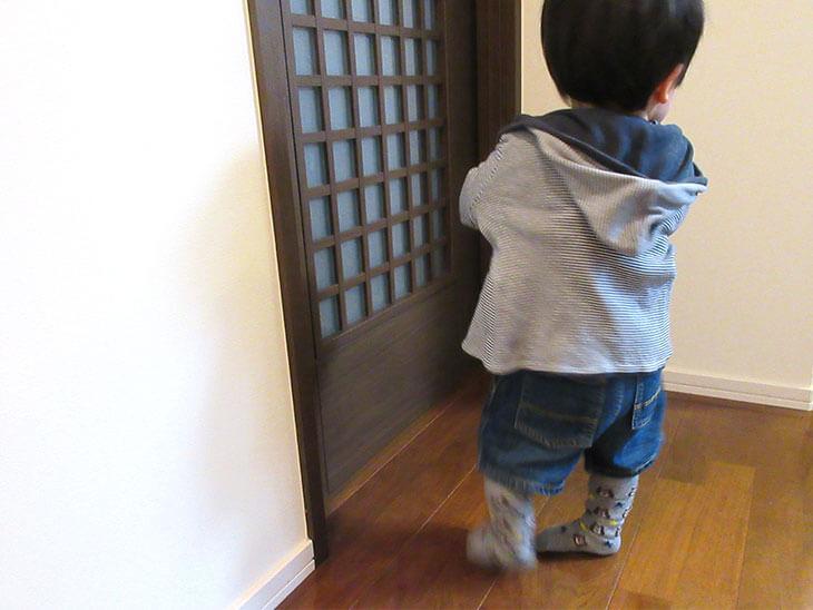 パーカーを着る男の子の赤ちゃん