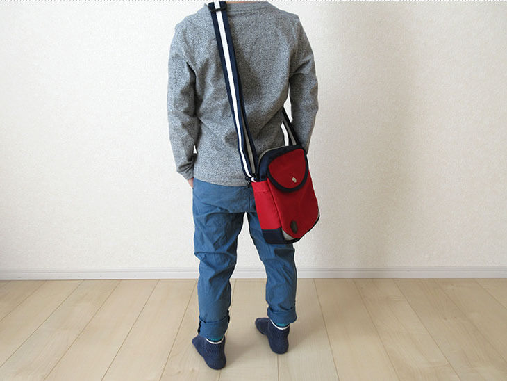 赤の斜めがけ鞄