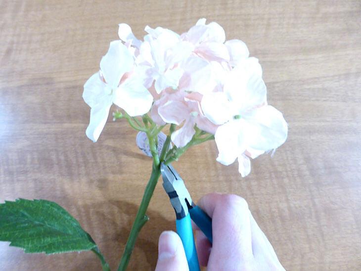 ニッパーで造花を切る様子