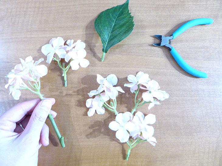 切り分けられた造花と葉