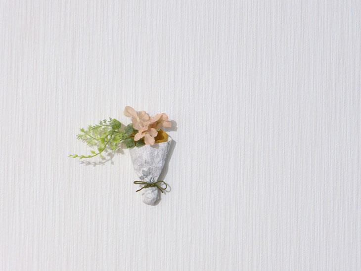 壁に飾られる完成したミニブーケ