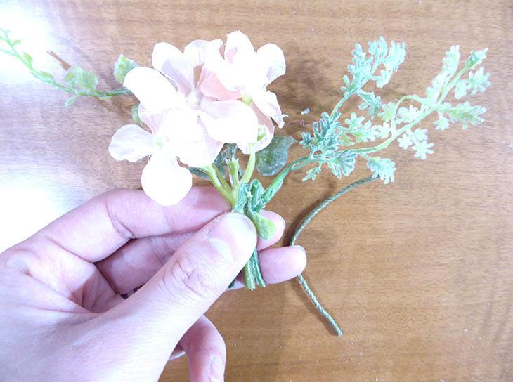束ねられた造花とフェイクグリーン