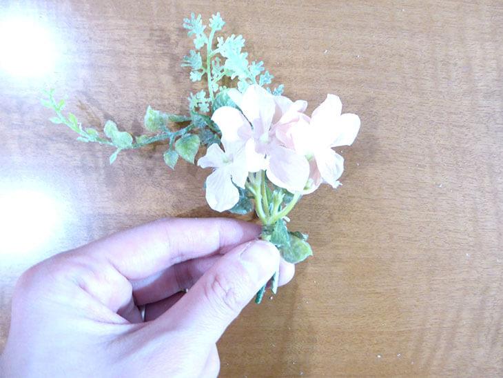 ひもで縛った造花とフェイクグリーン