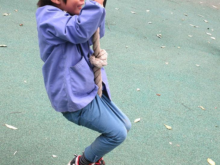 園の外遊びに夢中な幼児
