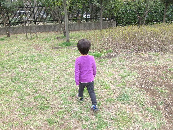 一人で歩く幼児