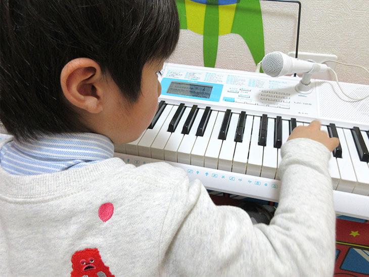 電子ピアノを弾く子供