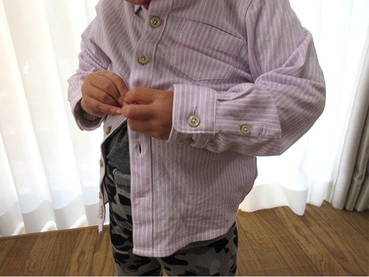 洋服を自分で着る子供