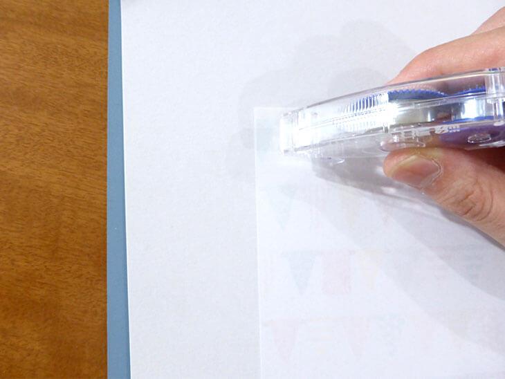 テープのりを台紙に貼っている様子
