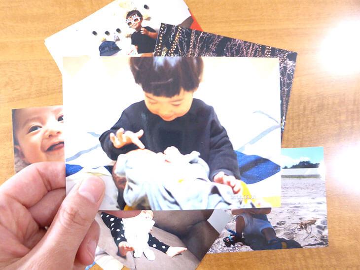 子供の写真を手に持っている様子