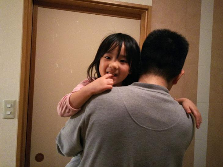 父親に抱っこされる4歳児