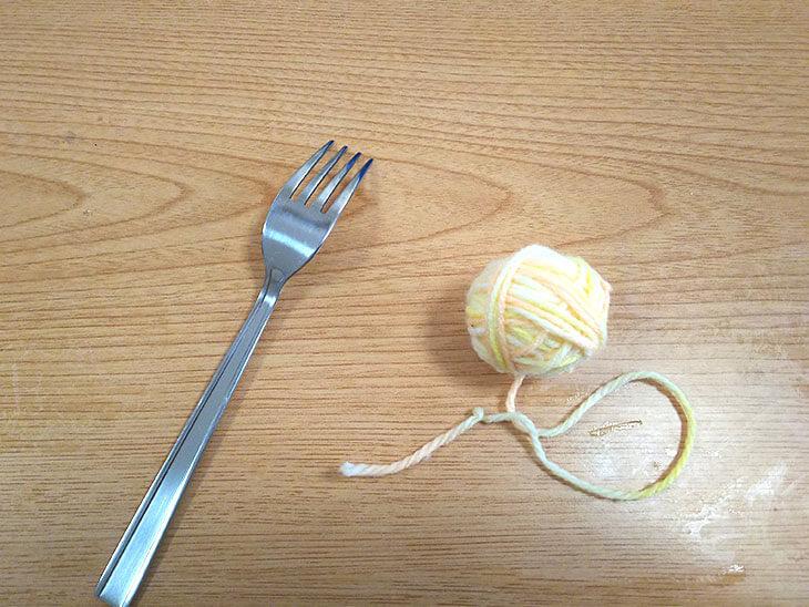 フォークとグラデーションの毛糸玉