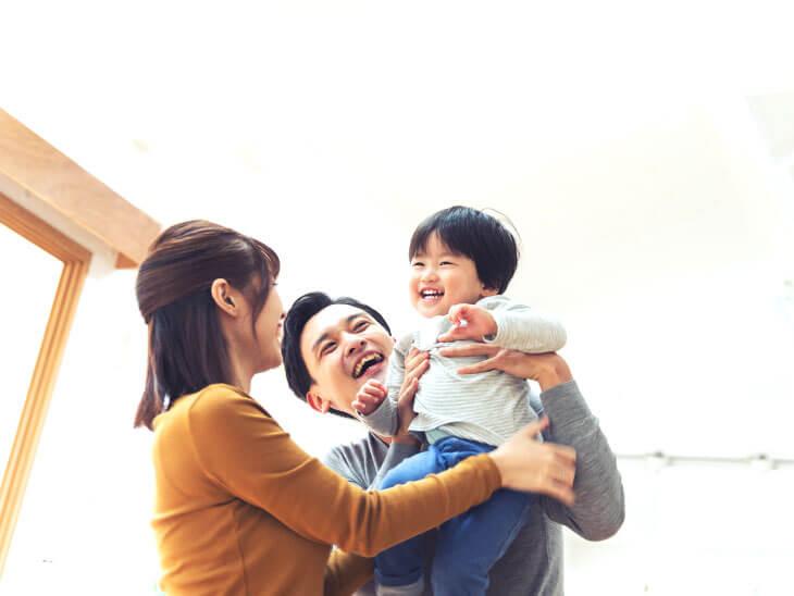 子供を抱っこする親