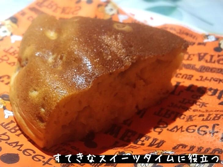 手作りバナナケーキとオレンジペーパーナプキン