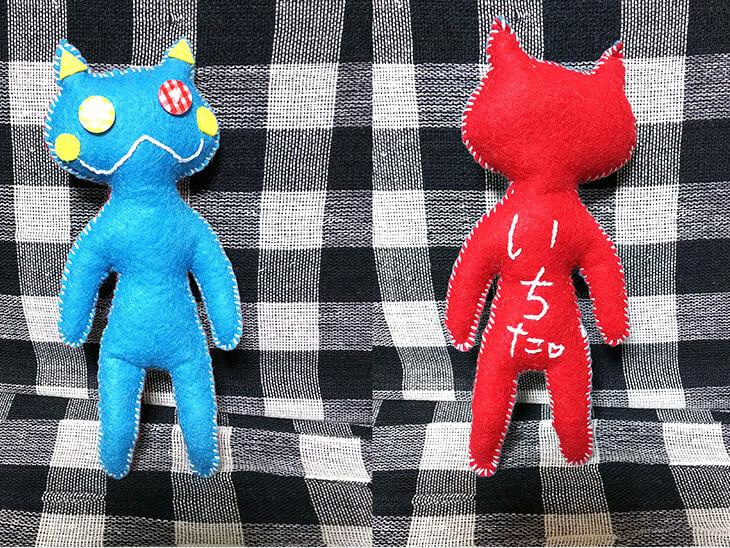 青と赤の猫のぬいぐるみ
