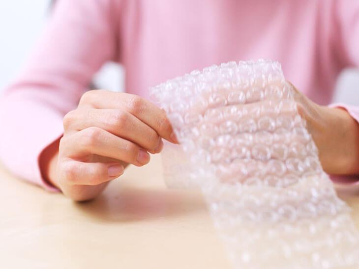 プチプチを持つ主婦の手