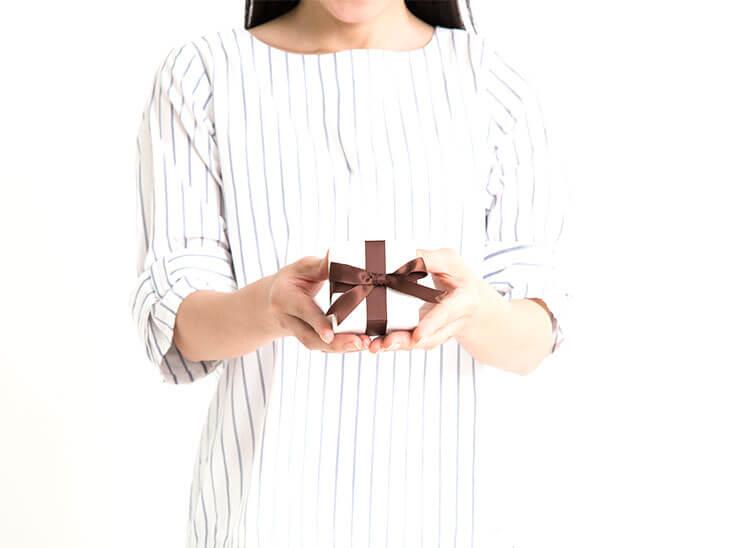 プレゼントをあげる女の人