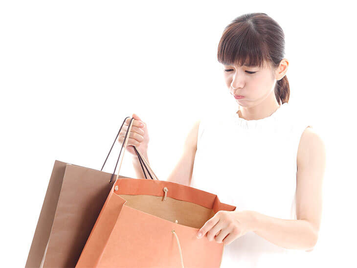 紙袋を持つ女の人