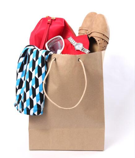 服や靴が入った紙袋