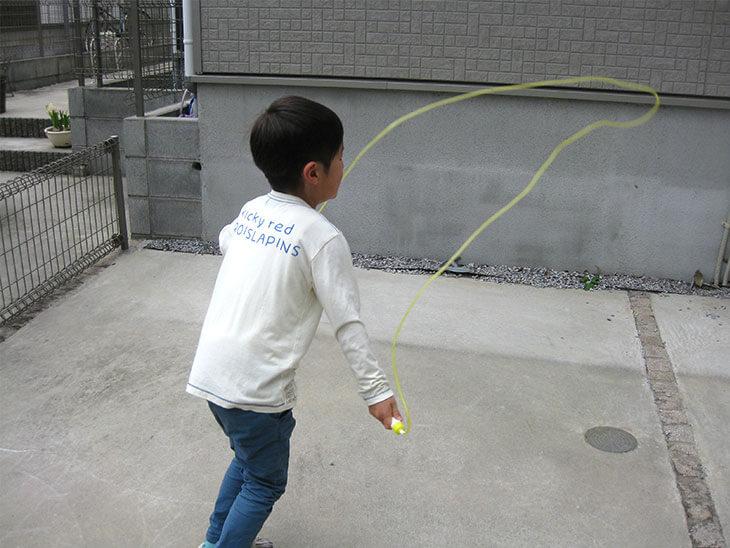 縄跳びをする子供