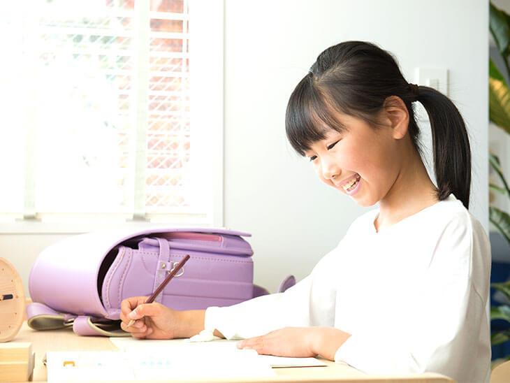 楽しく勉強する小学生の女の子