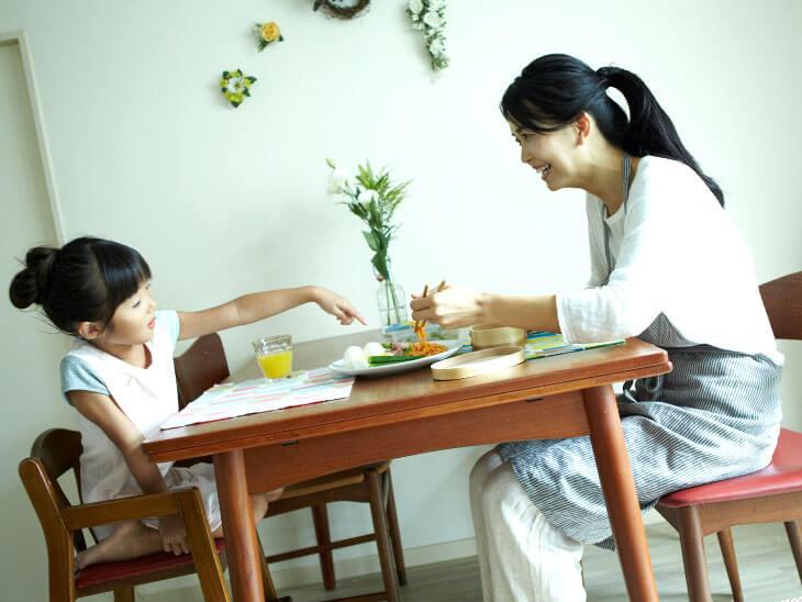 笑顔で楽しく食事をする親子の様子