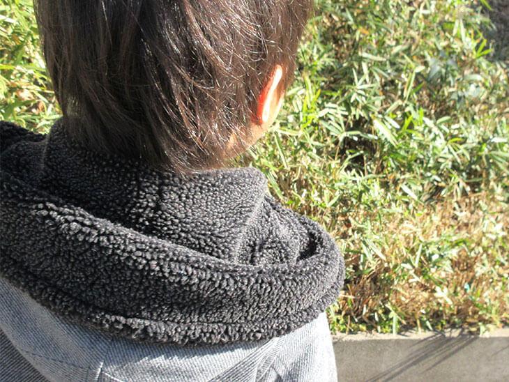 道端の雑草を見ている幼児